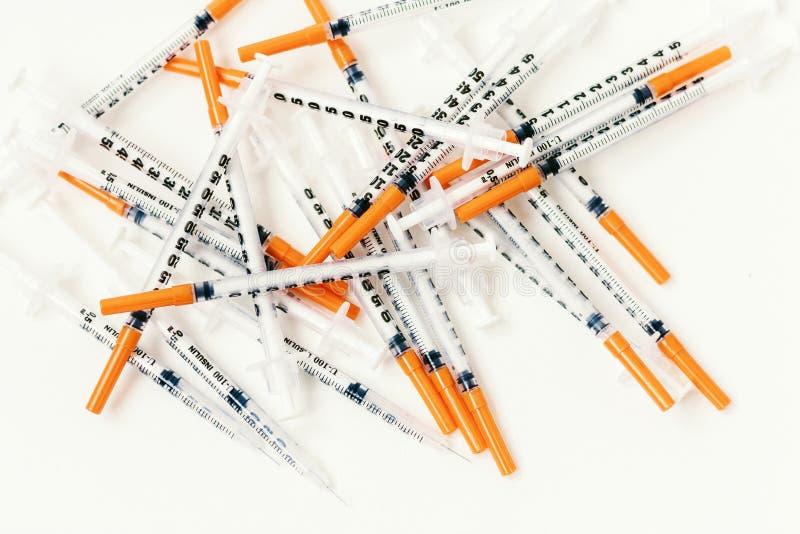 H?g av medicinska injektionssprutor f?r insulin f?r sockersjuka arkivfoton