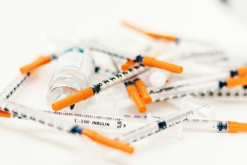 H?g av medicinska injektionssprutor f?r insulin f?r sockersjuka royaltyfri bild