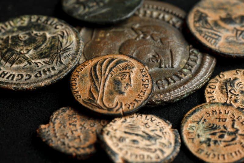 H?g av olika forntida mynt p? svart bakgrund royaltyfria foton