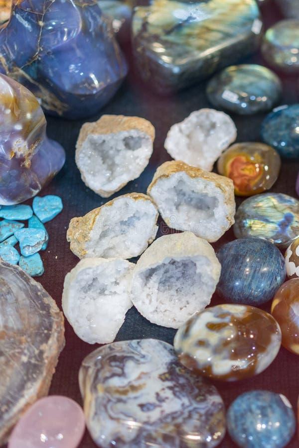 H?g av olika kul?ra ?delstenar f?rgrika gemstones Vaggar halvt dyrbart f?r naturlig polerad Gemstone f?rgrikt bakgrundstexturslut arkivbilder