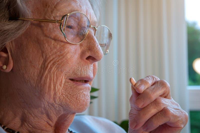 H?g kvinna som tar henne medicin royaltyfria foton