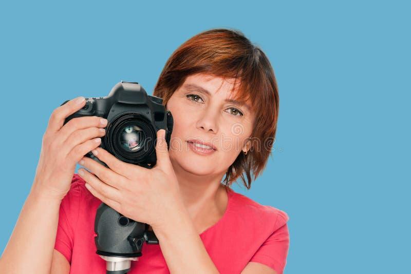 H?g kvinnafotograf royaltyfria bilder