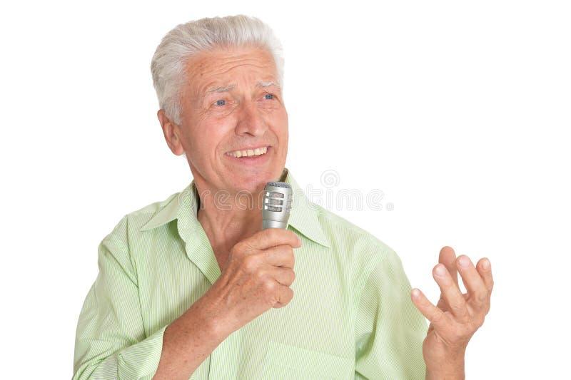 H?g man som sjunger med mikrofonen p? vit bakgrund royaltyfria foton