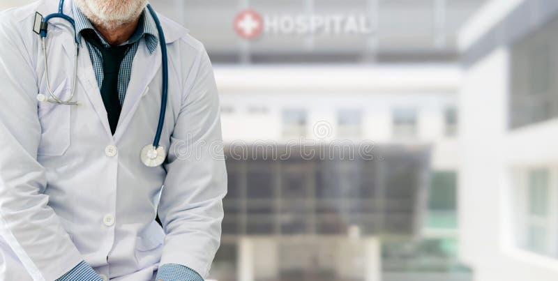 H?g manlig doktor som arbetar p? sjukhuset arkivfoto