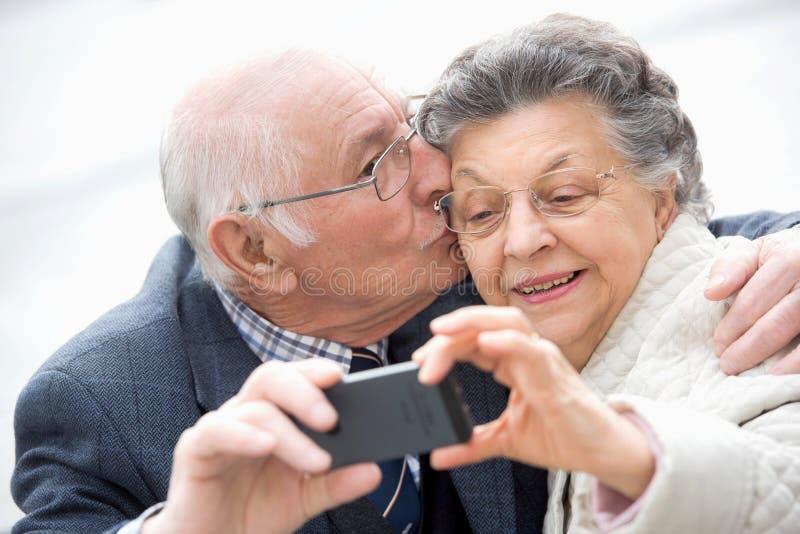 H?ga par som tar selfie arkivfoto