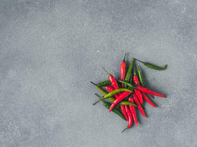 H?gen av peppar p? gr? f?rger kritiserar arkivbild