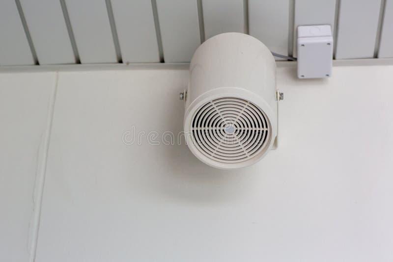 H?gtalare p? en v?gg av byggnad Hög högtalare i fabrik Par av högtalaren på väggen av parkeringshusbyggnad som sänder technol arkivbild