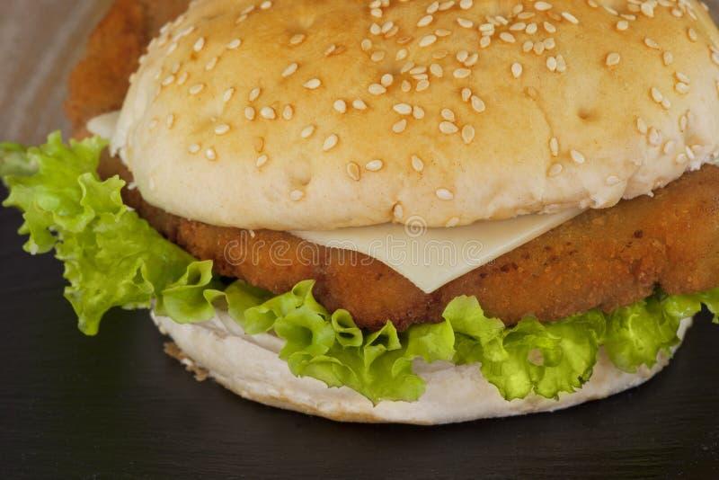 H?hnerhamburger lizenzfreie stockbilder