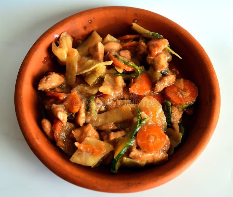 H?hnerkasserolle Gemischtes asiatisches Lebensmittel stockbilder