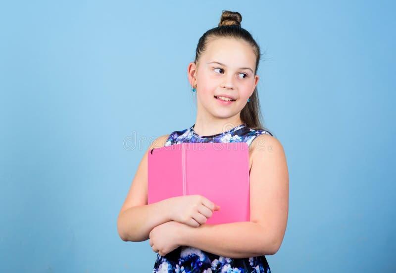 H?lla hennes hemligheter i dagbok F?r flickah?ll f?r barn gullig bakgrund f?r notepad eller f?r dagbok bl? barndomliten vik blomm arkivbild