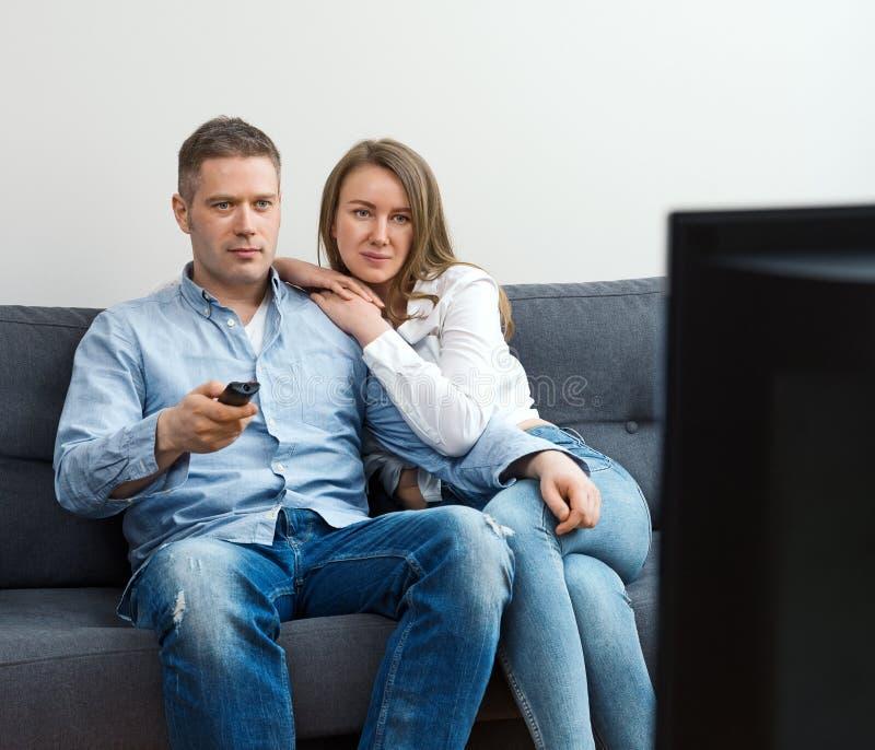 H?llande ?gonen p? tv f?r man och f?r kvinna royaltyfria bilder