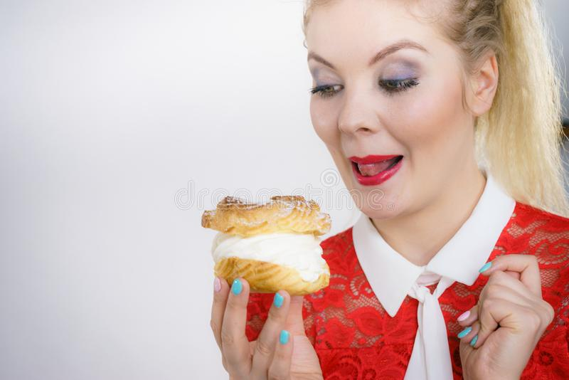 H?llande muffinefterr?tt f?r kvinna med kr?m royaltyfri bild