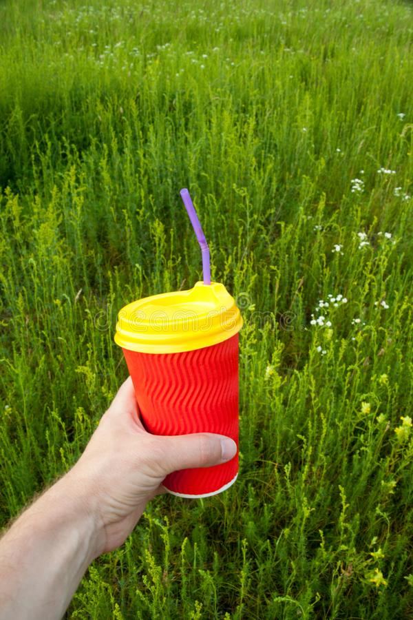 H?llande plast- kopp f?r hand royaltyfri fotografi