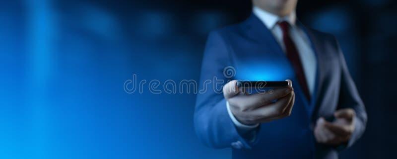 H?llande smartphone f?r aff?rsman Man som i regeringsst?llning anv?nder telefonen fotografering för bildbyråer