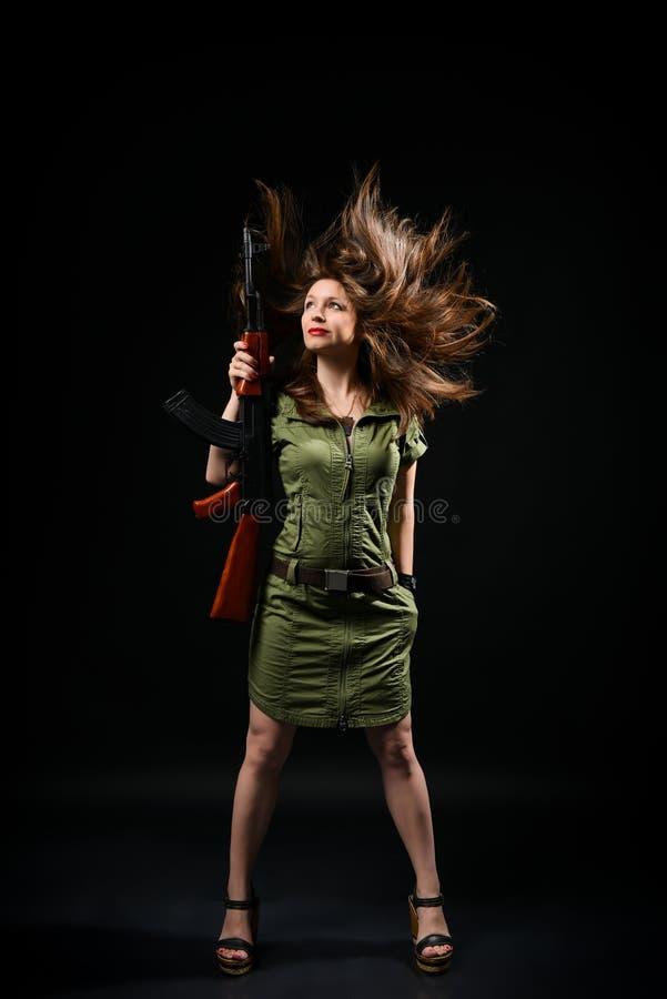 H?llande vapen f?r kvinna royaltyfri foto