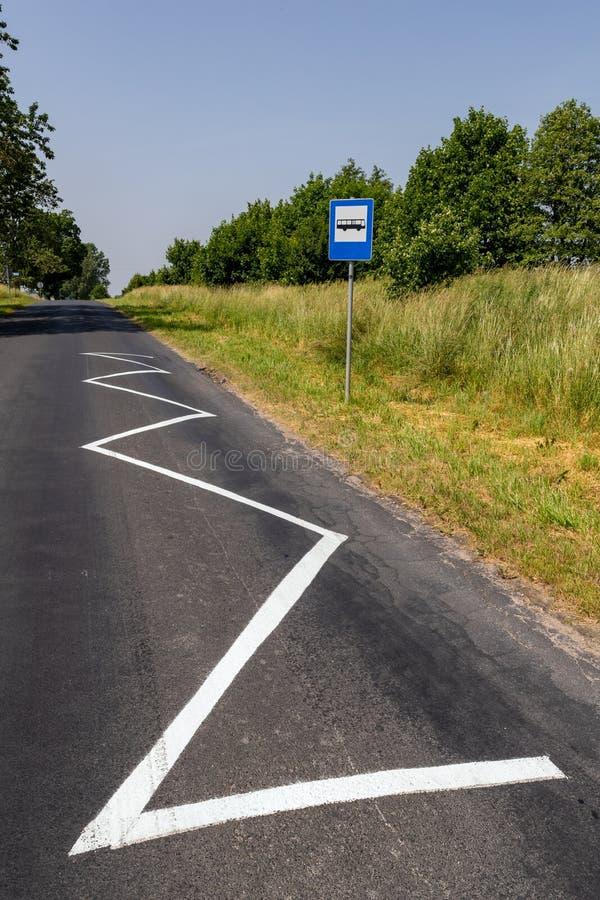 H?llplats i bygden Ställe av att stoppa bussen i ett fält i bygden royaltyfri fotografi