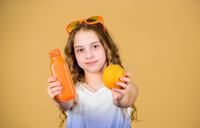 H?lsa i henne h?nder Naturlig vitamink?lla ny orange fruktsaft f?r lycklig flickadrink f?r sommarterritorium f?r katya krasnodar  arkivbild