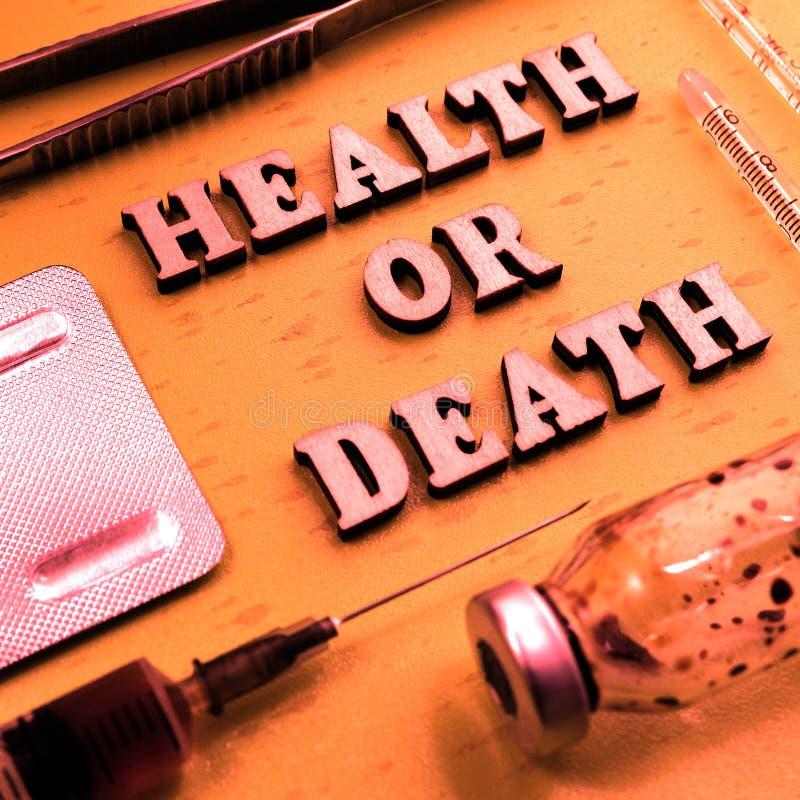 H?lso- eller d?dbegrepp Inskriften av tr?bokst?ver Tona i tappningstil Potent drog, injektionsspruta, flaska av läkarbehandlingen arkivfoton