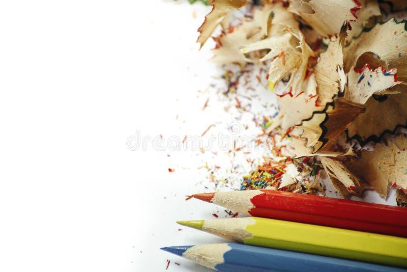 h?lzerne Bleistiftschnitzel auf Wei?buchhintergrund stockbilder