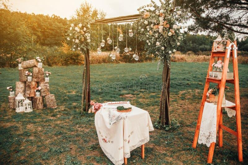 H?lzerne handgemachte willkommene Hochzeits-Dekoration Rustikale Hochzeitsfotozone stockfoto