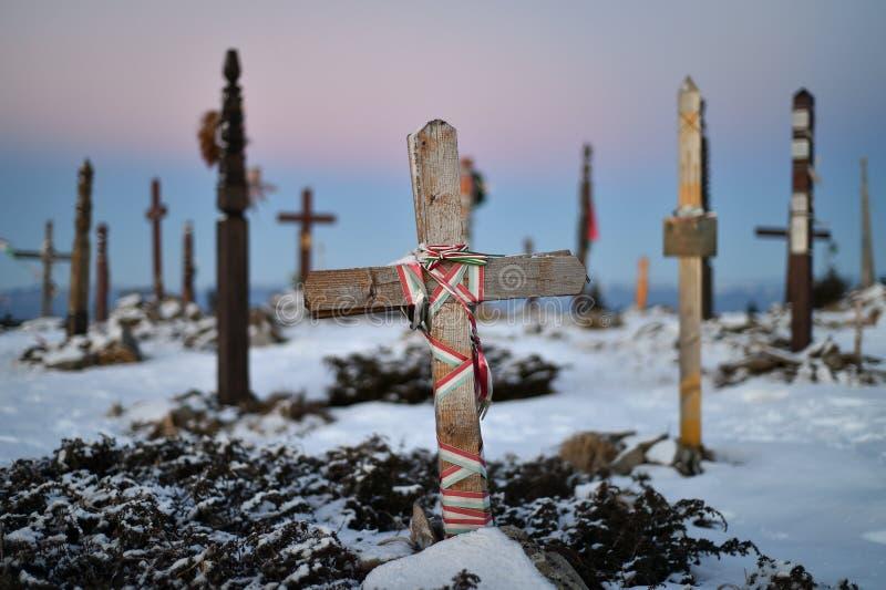 H?lzerne Kreuze auf einen Berg im Winter stockbild