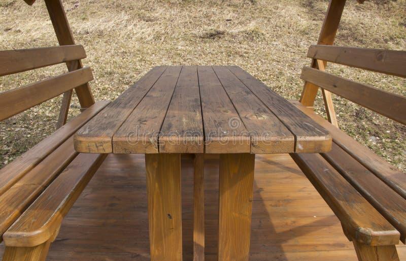 H?lzerne Tabelle und Sitze stockbilder