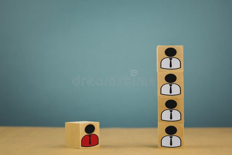 h?lzerne W?rfel in Form von Chefs und Untergebenen, Personalunterordnung auf einem blauen Hintergrund stockfotografie