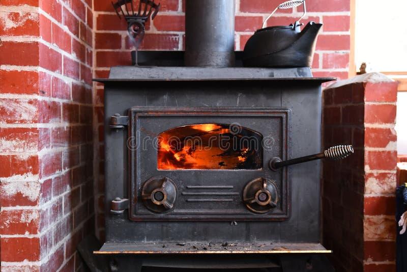 H?lzerner brennender Ofen stockfotografie