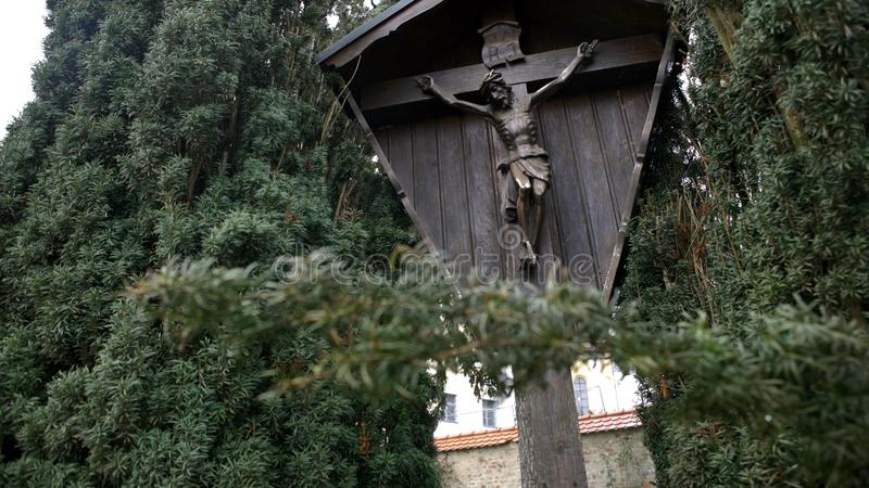 H?lzerner Markstein mit Christus kreuzigte auf Kreuz Kunst Ansicht des h?lzernen Monuments von gekreuzigtem Jesus Christ, der zwi stockbild