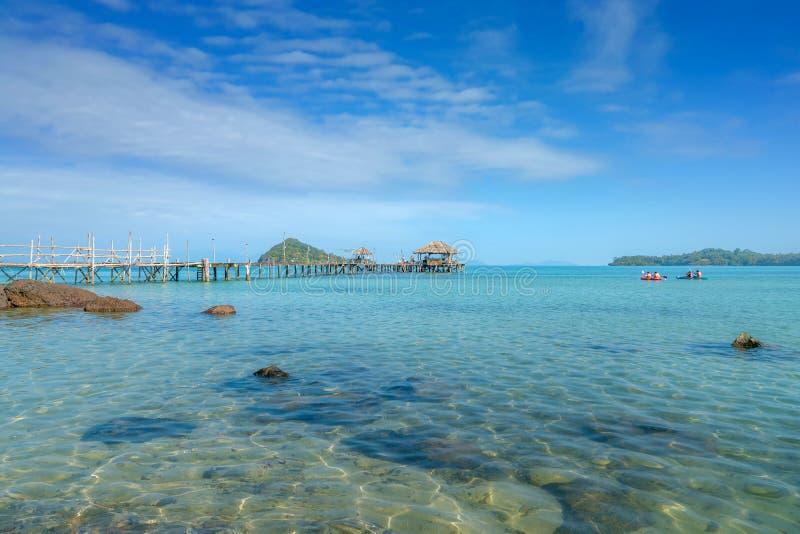 H?lzerner Pier mit Boot in Phuket, Thailand Sommer-, Reise-, Ferien- und Feiertagskonzept stockbild