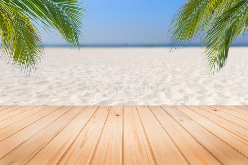 H?lzerner Schreibtisch oder Planke auf Sandstrand im Sommer Hintergrund lizenzfreie stockfotos