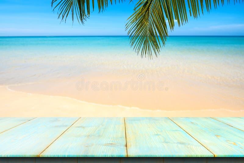 H?lzerner Schreibtisch oder Planke auf Sandstrand im Sommer Hintergrund lizenzfreies stockbild