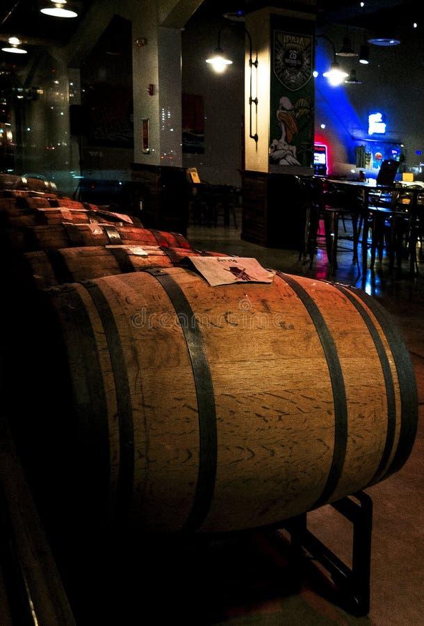 H?lzernes Bier rast in Folge mit obenliegender Beleuchtung lizenzfreie stockfotografie
