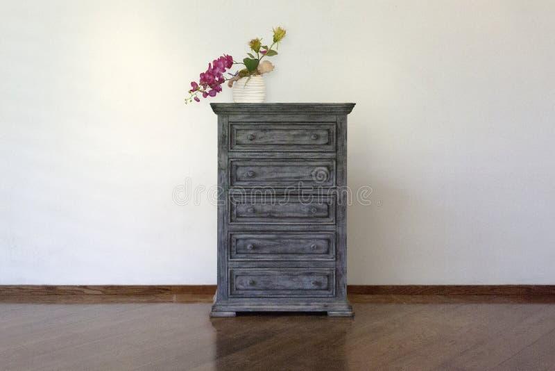 H?lzernes Kabinett, stehende Lampe und Blumenvase mit Weinlesefoto-Rahmeninnenraum stockbild