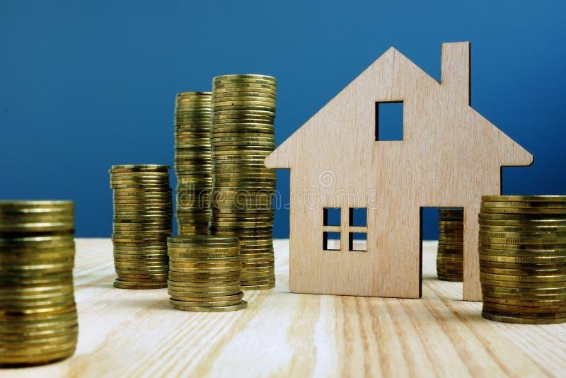 H?lzernes Modell des Hauses und des Geldes Kauf- oder Verkaufseigentum lizenzfreie stockfotos