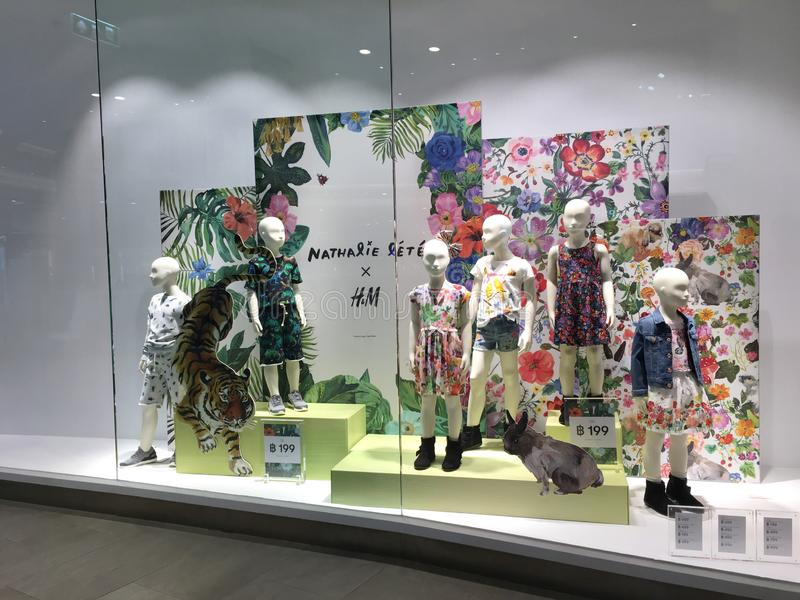 H&M在Blueport购物中心华欣给与孩子的时装模特穿衣时装和红色在玻璃窗口显示, 免版税库存照片