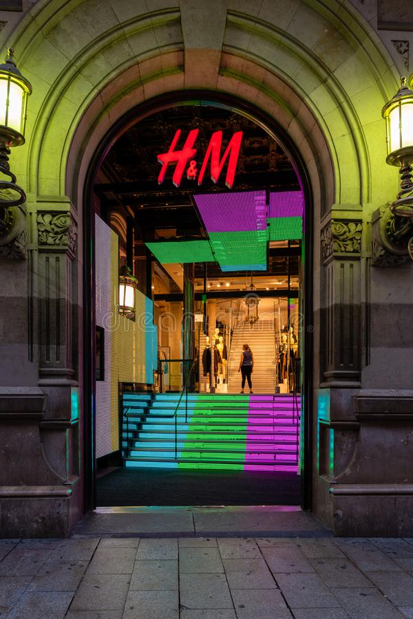 H&M商店入口在晚上 库存图片