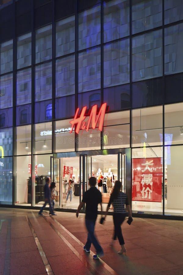 H&M afzet bij nacht, Kunming, China stock afbeeldingen