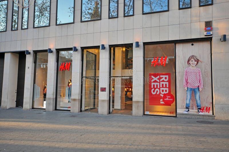 H&M-lager i Barcelona, Spanien royaltyfria bilder