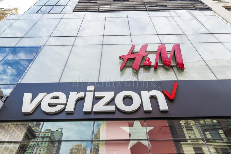 H&M- och Verizon lager i New York City, USA arkivbild