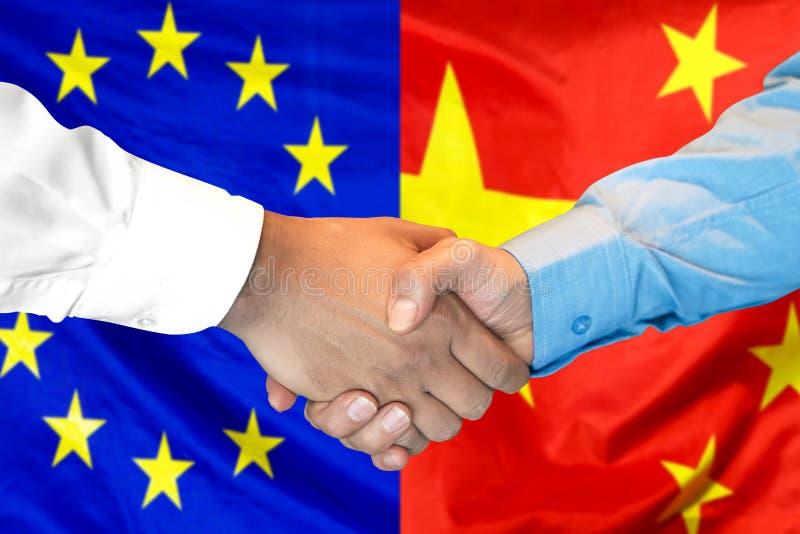 H?ndedruck Hintergrund auf der Europ?ischen Gemeinschaft und Chinas Flagge lizenzfreie stockbilder
