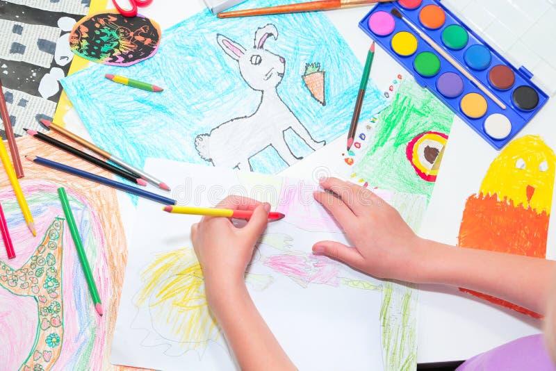 H?nder f?r barn` s Liten vänsterhänt barnteckning med blyertspennor Bästa sikt, utbildningsmålning som drar begrepp arkivfoton