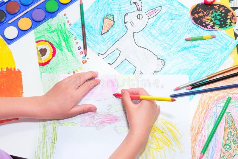 H?nder f?r barn` s Teckning för litet barn med blyertspennor Bästa sikt, utbildningsmålning som drar begrepp arkivbild