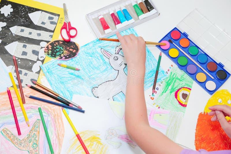H?nder f?r barn` s Teckning för litet barn med blyertspennor och borsten Bästa sikt, utbildningsmålning som drar begrepp royaltyfria bilder