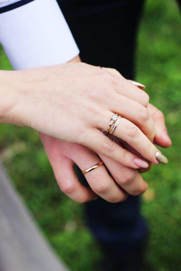 H?nder f?r brud- och brudgumHold Each Other ` s royaltyfri bild