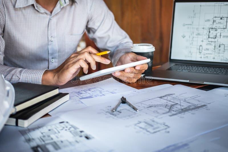 H?nder f?r konstruktionsteknik som eller arkitektarbetar p? ritningkontroll i arbetsplats, medan kontrollera informationsteckning royaltyfri foto
