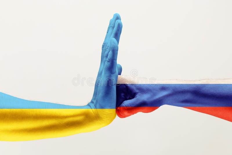 h?nder tv? Flagga av rysk federation flagga ukraine fotografering för bildbyråer