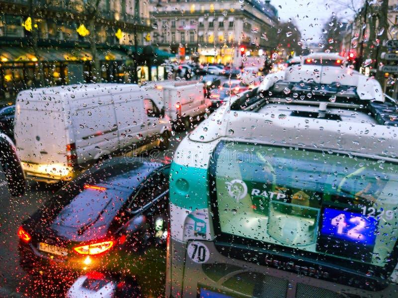 h2o书面的雨珠视窗 交通在巴黎 免版税库存照片