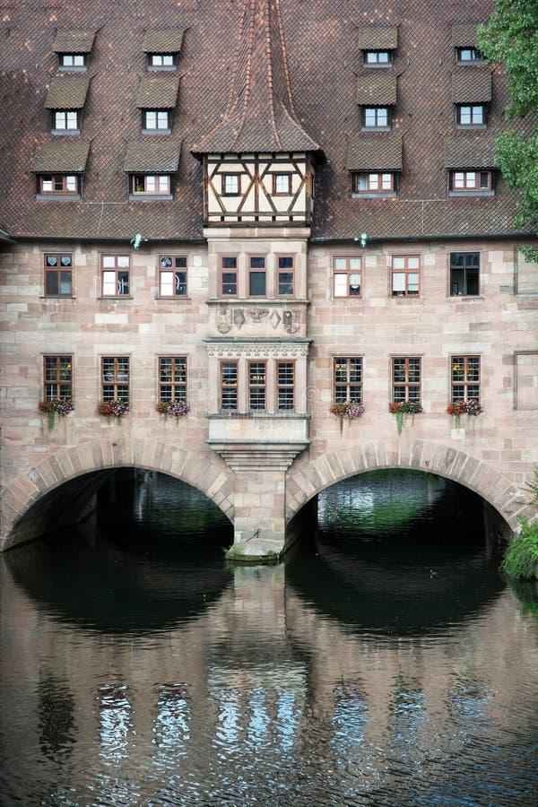 Hôpital du Saint-Esprit (Heilig-Geist-Spital) à Nuremberg c images stock