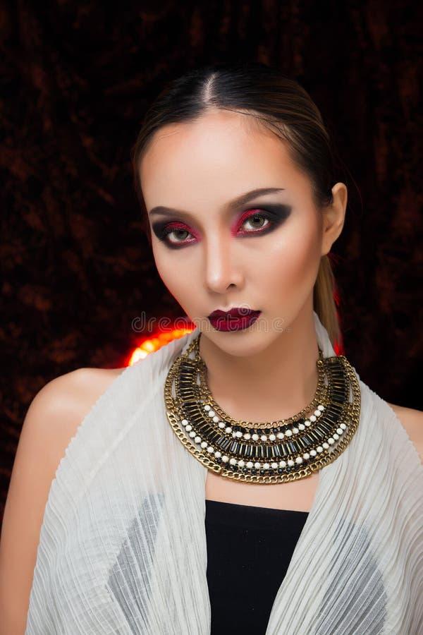 H?r f?r asiatisk kvinna f?r mode h?rligt blont svart arkivbild